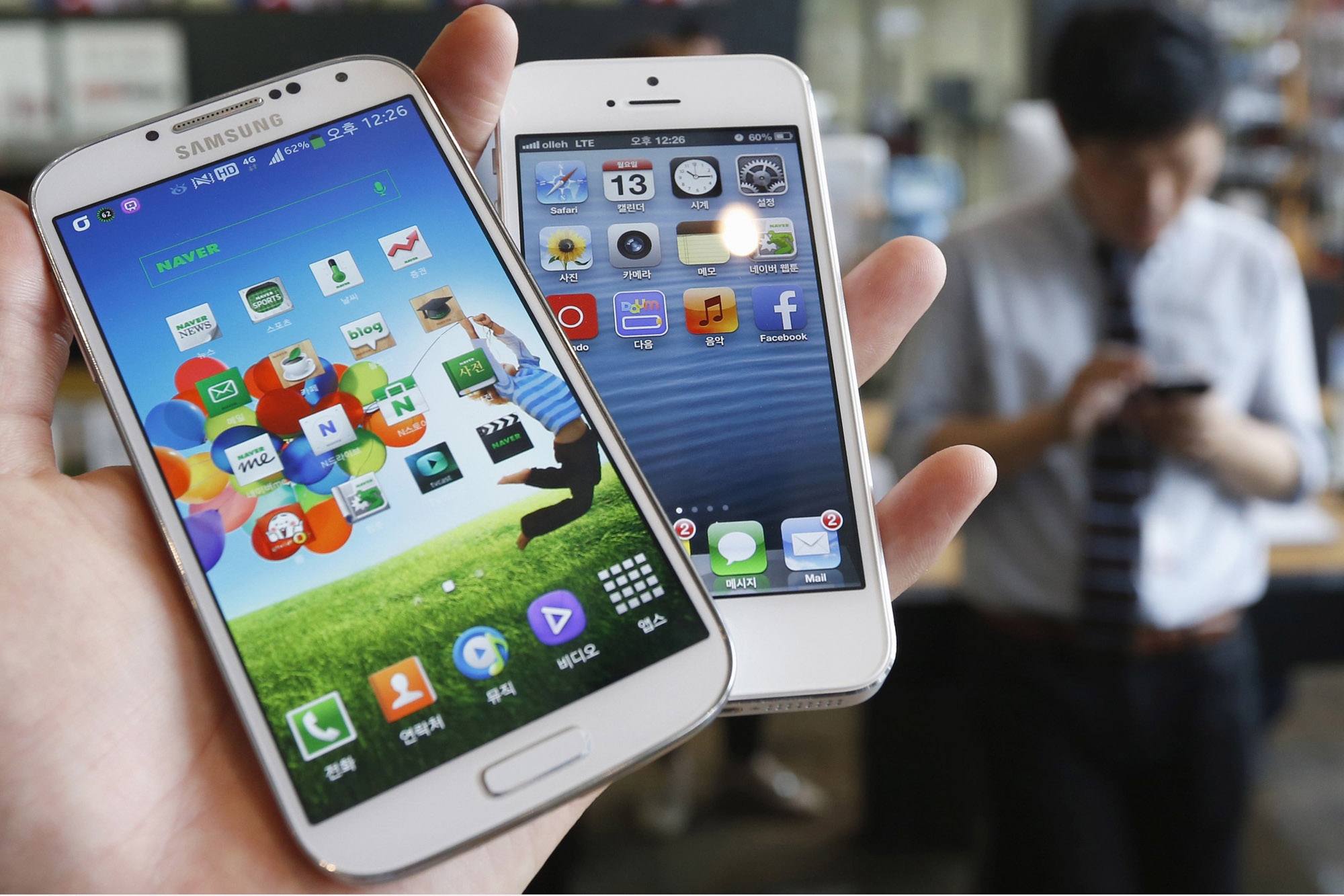 File picture illustration of Samsung Electronics' Galaxy S4 and Apple's iPhone 5 taken in Seoul
